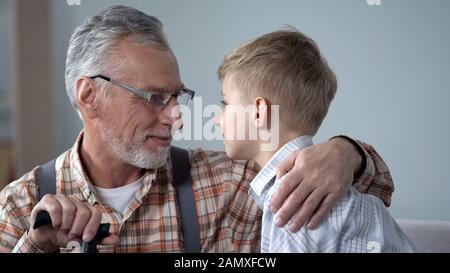Großvater und Enkel sehen sich in den Augen, zwei Generationen, in der Nähe - Stockfoto