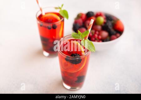 Frische Sommer berry Drink mit Zitrone und Minze. - Stockfoto