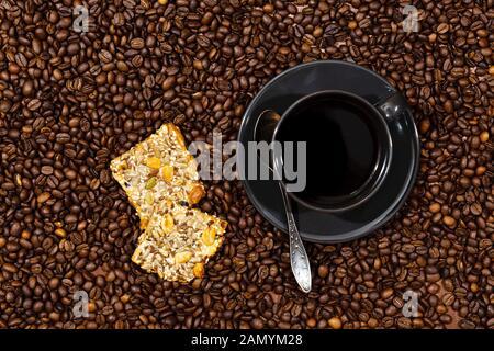White Coffee Mug und Cookies auf die Kaffeebohnen background-image Stockfoto