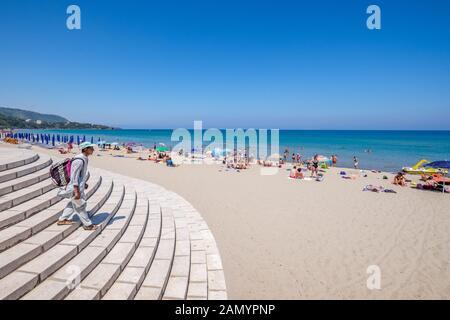 Der Strand in Cefalù, Sizilien. Historische Cefalu ist ein wichtiges touristisches Ziel in Sizilien. - Stockfoto