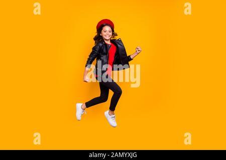 Volle Länge Körper Größe Blick von ihr, daß sie schöne attraktive sehr trendy Heiter Heiter funky langhaarigen Mädchen springen Bummeln Spaß über isoliert - Stockfoto