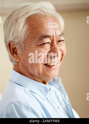 Porträt eines asiatischen älteren Mannes, glücklich und lächelnd - Stockfoto