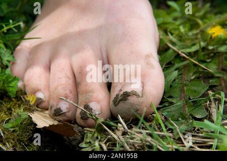 Eine Nahaufnahme von schmutzigen Füßen einer Frau - Stockfoto