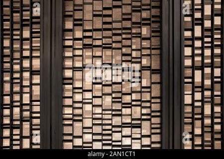Zufällige Schlagstösse aus Stahl und Stange werden vor der Hintergrundwand des Hotels aufgestellt. - Stockfoto