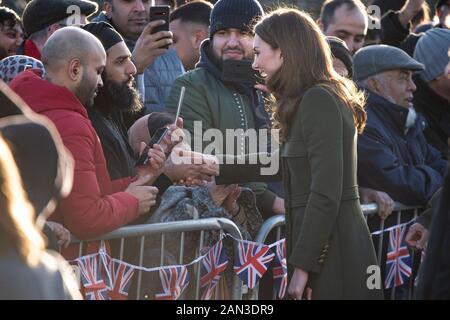 """Bradford, Großbritannien. Januar 2020. Der Herzog und die Herzogin von Cambridge kommen am Centenary Square im Stadtzentrum von Bradford an. Der Tag der Engagements in Bradford ist Der Herzog und die Herzogin von Cambridges erste gemeinsame Verpflichtung des neuen Jahres und des neuen Jahrzehnts, Und ihr erster Auftritt zusammen seit den Nachrichten des Dukes und der Herzogin von Sussex, Prinz Harry und Meghan Markle, verkündete, dass sie als hochrangige Royals und den sogenannten 'Sandringham Summit' mit Ihrer Majestät Der Königin und Prinz Charles """"zurücktreten"""" würden. Gutschrift: Benjamin Wareing/Alamy Live News - Stockfoto"""