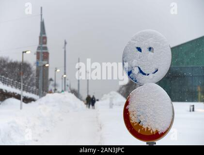 Snowy Verkehrsschild mit einem lächelnden Gesicht in den Schnee im Zentrum von Helsinki, Finnland gezeichnet - Stockfoto