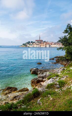 Malerische Felsgrenze auf der Insel St. Katerina mit Blick auf die Altstadt von Rovinj und die Küste, Istrien, Kroatien, die Adria an einem sonnigen Tag - Stockfoto