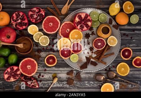 Ein flach Anordnung von verschiedenen Zitrusfrüchte mit Honig, Schokolade und Zimt. Stockfoto