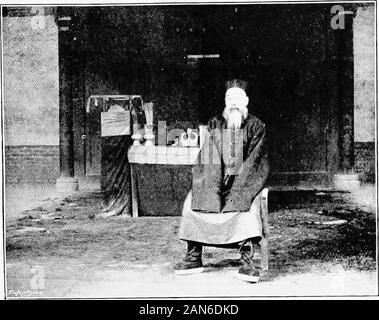 Chinesisch Turkestan mit Wohnwagen und Gewehr. - Boden unter someteres alle bereit, gekehrt und geschmückt mit carpetsand Schabracken, die Bäume mit Laternen aufgehängt, und in der Mitte zwei Kissen, Sofas, Tische, während die andChinese selbst beg wurde thereready seinen Respekt zu bekunden und uns den Kaffee ofwelcome. Von ihm haben wir gelernt, dass, wenn auch theKilyan Pass war noch blockiert mit Schnee theSanju geöffnet war, aber dass die Route dorthin durch Sanjuvillage fast unpassierbar, Dank hoch, sollten Wir haben die alternative routeby Poshki und die chuchu Dawan (dawan ist anypass oder Hügel, auf dem die Zu nehmen - Stockfoto