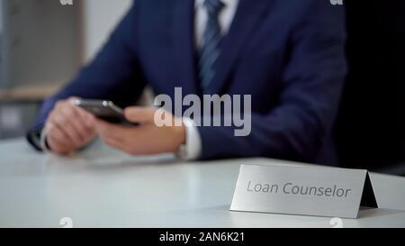Kredit Ratgeber über Smartphone, die Schuldenregelung Dienstleistungen für Client - Stockfoto