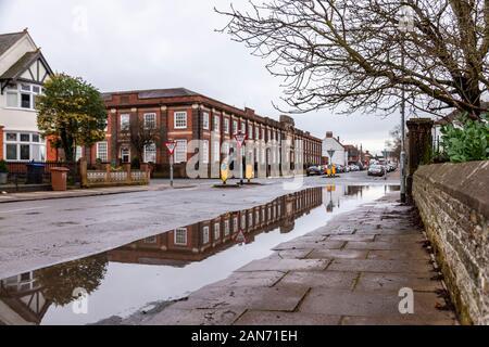 Über Nacht heavy rain coauses Überschwemmungen in Christchuch Straße, Northampton, Großbritannien. - Stockfoto