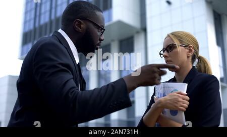 Wütend manager feuern Mitarbeiterin für versäumte Frist Arbeit, Kündigung - Stockfoto