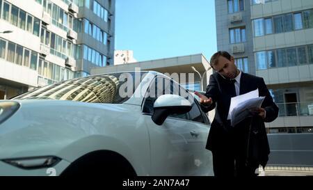 Nervös Geschäftsmann am Telefon sprechen mit Staatssekretär Diagnose Fehler in Dokument - Stockfoto