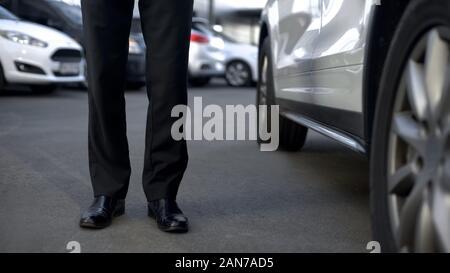 Business Driver in der Nähe von Auto, bereit zu Tür für Boss, base Ansicht öffnen - Stockfoto