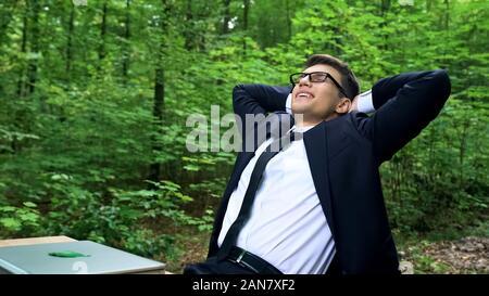 Junge zufrieden Geschäftsmann Entspannung nach fleißiger in schönen grünen Park - Stockfoto