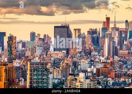 New York, New York, USA dichten Skyline der Stadt über Chelsea in Richtung Hell's Kitchen in der Dämmerung.