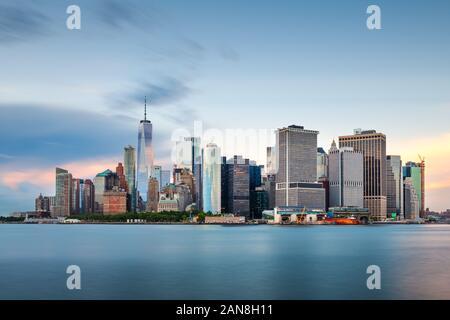New York, New York, USA Downtown Skyline der Stadt in der Dämmerung auf den Hafen. - Stockfoto