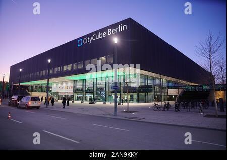 16. Januar 2020, Berlin: blaue Dämmerung Himmel über dem CityCube Berlin. Foto: Annette Riedl/dpa - Stockfoto