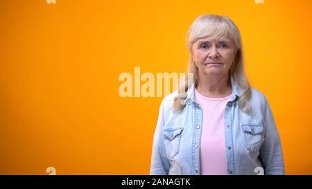 Unglücklich ältere Dame in die Kamera schaut, mit medizinischen Service unzufrieden - Stockfoto