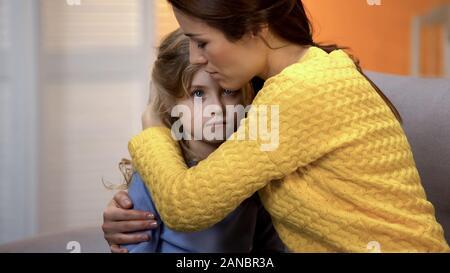Umgekippt Mutter umarmt schockiert, Tochter, Gefühl, Schmerz der relativen Verluste, Fehler - Stockfoto