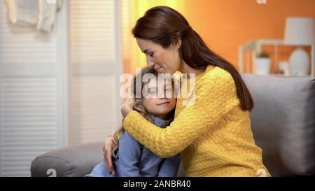 Mutter und Tochter umarmen, glückliche Familie Zeit miteinander zu verbringen, liebe Emotion - Stockfoto