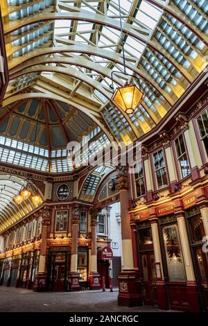 Innenansicht des historischen Leadenhall Market, London, England, Großbritannien. Es ist einer der ältesten Märkte Londons, der aus dem 14. Jahrhundert stammt. - Stockfoto