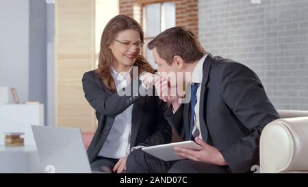Mann küssen Geschäftsfrau Hand, Partner feiern erfolgreichen Einigung - Stockfoto