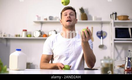 Jungen Kerl jonglieren grüne Äpfel, beginnend Ernährung und eines gesunden Lebensstils, Vitamine - Stockfoto