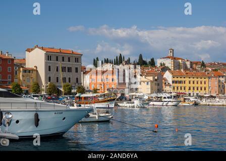 Panoramablick auf das Meer und der Hafen in Rovinj, einer Küstenstadt und beliebter Urlaubsort an der Adria Küste, Istrien, Kroatien - Stockfoto