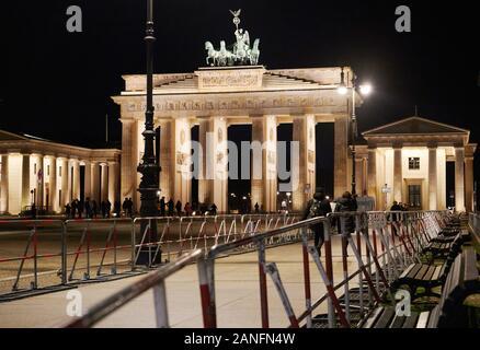 16. Januar 2020, Berlin: Barrieren sind am Brandenburger Tor entfernt. Sicherheitsvorkehrungen für den Libyen Konferenz werden bereits hier gemacht. Foto: Annette Riedl/dpa - Stockfoto