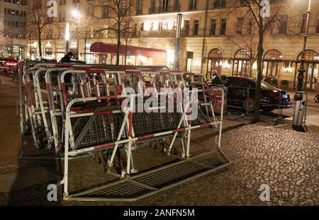 16. Januar 2020, Berlin: Barrieren sind vor dem Hotel Adlon. Sicherheitsvorkehrungen für den Libyen Konferenz werden bereits hier gemacht. Foto: Annette Riedl/dpa - Stockfoto