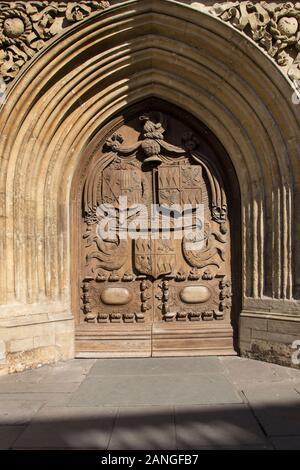 Badewanne, Großbritannien - 10 April, 2019. Tür zu Bath Abbey ist eine anglikanische Pfarrkirche und ehemalige Benediktiner Kloster aus dem 7. Jahrhundert gegründet. Badewanne, Somer - Stockfoto