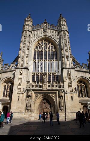 Badewanne, Großbritannien - 10 April, 2019. Die Abtei von Bath ist eine anglikanische Pfarrkirche und ehemalige Benediktiner Kloster aus dem 7. Jahrhundert gegründet. Badewanne, Somerset, Englan - Stockfoto