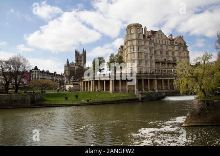 Badewanne, Großbritannien - 10 April, 2019. Die Abtei von Bath ist eine anglikanische Pfarrkirche und ehemalige Benediktinerkloster im 7. Jahrhundert auf der anderen Seite des Flusses gesehen, gegründet. - Stockfoto