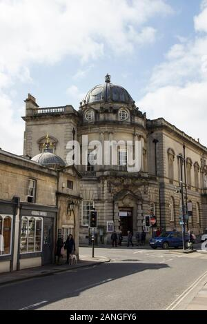 Badewanne, Großbritannien - 10 April, 2019. Victoria Art Gallery am Ende der Pulteney Brücke, die den Fluss Avon in Bad Kreuzen. Badewanne, Somerset, England, UK, April - Stockfoto