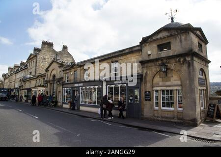 Badewanne, Großbritannien - 10 April, 2019. Die Geschäfte in der Pulteney Brücke, die den Fluss Avon in Bath, England Kreuze, Abgeschlossen 1774. Badewanne, Somerset, England, UK, April 1. - Stockfoto