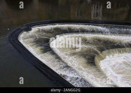 Badewanne, Großbritannien - 10 April, 2019. Wehr in den Fluss Avon in Bath, England. Badewanne, Somerset, England, UK, 10. April 2019 - Stockfoto