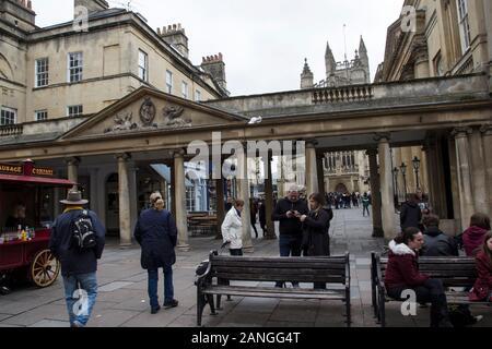 Badewanne, Großbritannien - 10 April, 2019. Historische Architektur der Eingang zum Könige und Königinnen Bäder mit Badewanne Abtei in der Ferne. Bath, England, UK, April 1. - Stockfoto