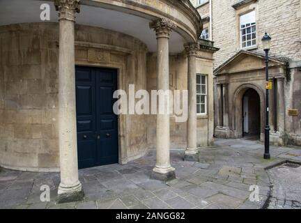 Badewanne, Großbritannien - 10 April, 2019. Historische Architektur der Eingang zum Hospital des Hl. Johannes des Täufers (gegründet 1174) mit Kreuz Bäder. Bath, England - Stockfoto