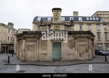 Badewanne, Großbritannien - 10 April, 2019. Historische Architektur der Eintritt in die Bäder. Bath, England, UK, 10. April 2019 - Stockfoto