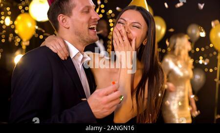 Paar lachen und Spaß an der Party, Feier in night club - Stockfoto