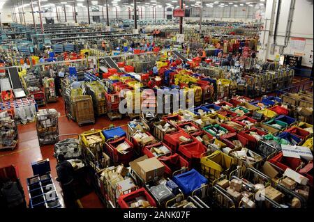 Die Royal Mail sorting Office in Gatwick Umgang mit 6 Millionen Briefen pro Tag während der Woche vor Weihnachten im Jahr 2008. - Stockfoto