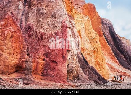 Alum Cliffs, Alum Bay, Isle of Wight, Großbritannien. Farbigen Sand gehören weißen Quarz, Eisenoxid rot, gelb Limonit. - Stockfoto