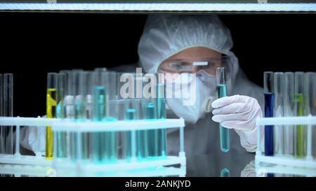 Weibliche Wissenschaftler Flüssigkeit im Reagenzglas im Labor gefährliches Experiment - Stockfoto
