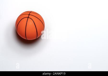 Einzelnen kleinen Gummi Spielzeug Basketball auf weißem Hintergrund. Kopieren Sie Platz. - Stockfoto