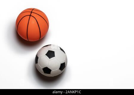 Einzelnen kleinen Gummi Spielzeug Basketball und Fußball auf weißem Hintergrund. Kopieren Sie Platz. - Stockfoto