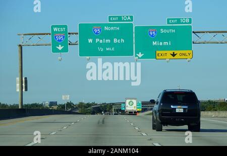 Hollywood, Florida, USA - 3. Januar 2020 - Der Blick auf den Verkehr in die Interstate 595 West, 95 South nach Miami und 95 North nach West Palm Beach - Stockfoto