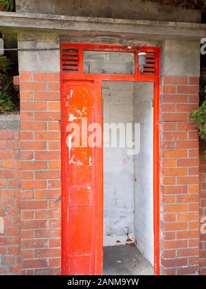 Alte rote Telefonzelle in eine Mauer - Stockfoto