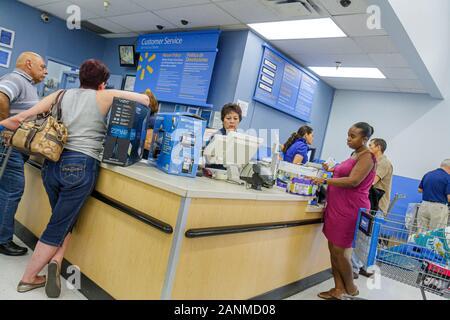 Miami Florida Wal-Mart Walmart einkaufen Kundendienst kehrt schwarze Frau - Stockfoto