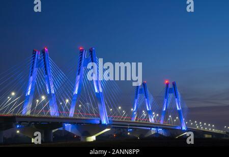 Monumentale, beleuchtete, neue, moderne Doppelseilbrücke über die Weichsel in Krakow, Polen bei Sonnenuntergang. - Stockfoto